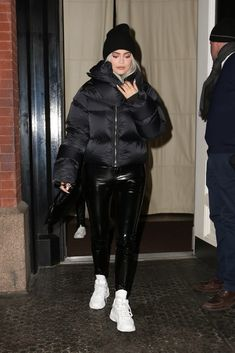 Kylie jenner wears a black puffer jacket, celebrities wearing winter coats Kylie Jenner Outfits, Kylie Jenner Mode, Kylie Jenner Sunglasses, Winter Coat Outfits, Winter Fashion Outfits, Winter Coats, Star Fashion, Look Fashion, Black Jacket Outfit