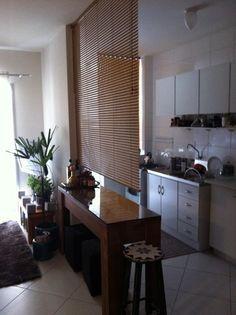 Apê alugado, não vale a pena nenhuma reforma. Para dividir a sala da cozinha, que tal colocar uma persiana em cima do balcão?