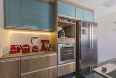 Cozinha planejada com armário de vidros turquesa