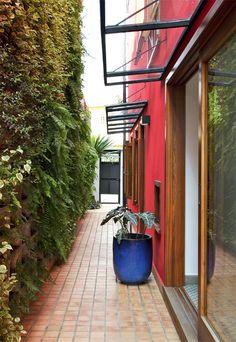A casa inteira é apaixonante! -  Terreno estreito rendeu um sobrado confortável e iluminado - Casa. Jardim vertical.