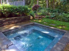 Ein-super-moderner-quadratischer-Whirlpool-im-Garten