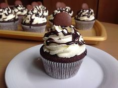 Chocolate cupcakes with cream cheese frosting Cheesecake Cupcakes, Mini Cupcakes, Coconut Cupcakes, Chocolate Cupcakes, Cake Recept, Eastern European Recipes, Cap Cake, Cupcakes With Cream Cheese Frosting, Muffins