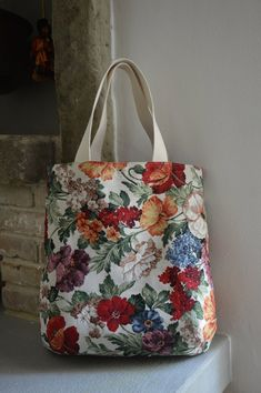 Handmade bag made of floral gobelin fabric, internally lined in tone and with pockets. Tote Bags Handmade, Handmade Handbags, Tapestry Bag, Patchwork Bags, Bag Patterns To Sew, Market Bag, Shopper, Knitted Bags, Bag Making