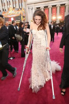 Why did Kristen Stewart arrive to the Oscars on crutches?