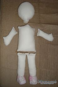Munamó: Passo a passo de uma boneca de pano Sewing Doll Clothes, Sewing Dolls, Doll Patterns Free, Sewing Patterns, Felt Dolls, Baby Dolls, Diy Rag Dolls, Fabric Crafts, Sewing Crafts