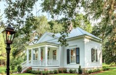 A Charming Southern Cottage Atlanta-based architect Brandon Ingram faced a challenge in designing a main house and a few small cottages on a bucolic property near Tallahassee, Florida: According to a local land ordinance, the smaller structures could not… Small Cottage House Plans, Small Cottage Homes, Small Cottages, Cottage Living, Small House Plans, Tiny Homes, Cottage Style Homes, Farm Cottage, Cozy Cottage