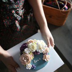 ㅡ 기본장미 오랜만. 같은날. 다른 느낌의 케익들 💚 A course #compositebouquet #flower #cake #flowercake #partycake #birthday #weddingcake #cupcake #buttercreamcake #buttercream #designcake #soocake #플라워케익 #수케이크 #꽃스타그램 #컵케익 #컵케이크 #플라워컵케익 #버터크림플라워케이크 #베이킹클래스 #플라워케익클래스 #웨딩케이크 #생일케익 #장미 #벚꽃 #花 #蛋糕 #花蛋糕 www.soocake.com vkscl_energy@naver.com