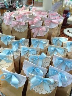 Baby Shower Favors Put different colored bows on the bags to differentiate the boys from the girls by lea Cadeau Baby Shower, Idee Baby Shower, Shower Bebe, Baby Boy Shower, Baby Shower Gifts, Baby Gifts, Baby Shower Souvenirs, Diy Baby Shower Favors, Shower Party