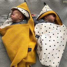 """""""Sometimes miracles come in pairs"""" Om verliefd op te worden, deze prachtige tweeling SEBAS & JOLIJN in de reversible wikkeldoek van Tante Tuttebel! #tante_tuttebel #custommade #zelfsamenstellen #handmade #baby #instababy #newborn #babyboy #babygirl #newbaby #babyroom #nursery #wikkeldoek #omslagdoek #blackandwhite #dots #oker #mom #mommytobe #zwanger #babyshopping #twins #babystuff #babyfashion #babyuitzet #kraamcadeau"""