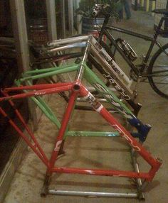 A nice idea if you have some unrideable bike frames, re-use them as bike rack !  ++ Bike frames as a bike rack by Appartment Therapy #Bike, #Frame, #Rack