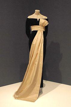 Robe du soir Christian Dior par Yves Saint-Laurent exposée au musée d'art d'Indianapolis. Cette robe fut portée par Dovima Dans la photo de Richard Avedon Dovima with elephants.