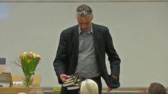 """Jubileumskurs 2017: Varför dominerar okritiskt tänkande på jobbet? #MatsAlvesson  https://youtu.be/41bOKzltrkc . Se även Mats #Alvesson pratar (2006) om #ledarskap under en timma. """"Vi deltar alla i apspelet"""". Finns både på Youtube https://youtu.be/fNlaN4-RGKQ och http://www.digitalmedia.st/webbtv/news/17.html"""