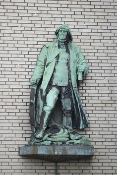 #Kiel Auf ein bewegtes Leben blickt der Steuermann zurück, auch wenn er sich dabei gar nicht so weit von der Stelle bewegt hat. Das vollplastisch ausgebildete Relief entstand gegen 1900 in Hamburg und wu...
