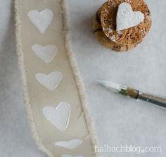 halbachblog I DIY-Idee I Bänder bedrucken mit Textilfarbe I mit Korken stempeln I stamp I ribbons I selber machen I Herzen I hearts I natur, weiß