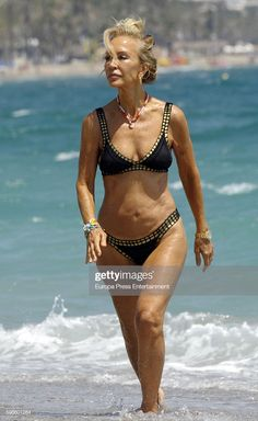 Carmen Lomana is seen on August 2016 in Marbella, Spain. Beautiful Women Over 50, Beautiful Old Woman, Pretty Woman, Katharina Witt, White Hair Highlights, Mature Women Hairstyles, 70 Year Old Women, Older Beauty, Face Shape Hairstyles
