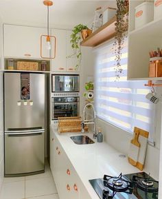 ☀️💚 Sem palavras para descrever a fofura que é essa cozinha! Kitchen Room Design, Modern Kitchen Design, Kitchen Layout, Home Decor Kitchen, Kitchen Furniture, Kitchen Interior, Home Kitchens, Diy Kitchen Storage, Beautiful Kitchens