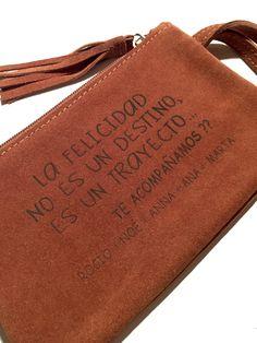 HANDY CLUCHT  personalizado con la frase que desees.... Bolso de piel serraje en camel #miplatafina
