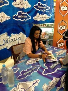 Isabella Castillo en la firma de autógrafos