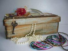 caixa de sapato vazia texturizada e decorada com elementos, enfeites de scrapbooking que virou  maleta de porta bijuterias: