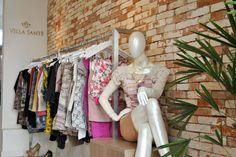 Projeto desenvolvido para a loja da Lança Perfume na cidade de Santa Maria -rs em 2011. Loja de roupas, projeto de interiores, parede de tijolo de demolição, manequim