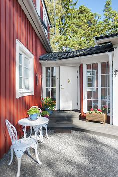 nice way to connect two houses with an entrance Moble Homes, Entry Doors, Entrance, Red Roof, Courtyard House, Garage Design, Garage House, Home Look, Scandinavian Style