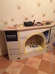 Faux fireplace Good use of that TV box Diy Christmas Fireplace, Fake Fireplace, Christmas Crafts, New Years Decorations, Outdoor Christmas Decorations, Faux Fireplace Diy Cardboard, Diy Upcycling, Dollar Store Christmas, Cardboard Crafts