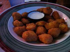 Des nuggets avec une sauce au yaourt