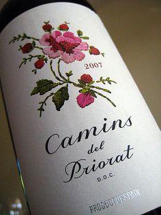 Etiqueta de vinocon una imagen de un bordado. (Vino tinto Camins del Priorat)