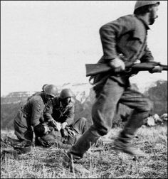 Rare photo of a Greek soldier dying in the hands of his brothers