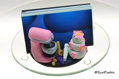 Bakers Business Card Holder, Hand sculpted from polymer clay, Pink mixer, wooden… Business Card Maker, Business Card Holders, Business Cards, Polymer Clay Projects, Polymer Clay Art, Clay Crafts, Clay Pen, Piping Bag, Photo Craft