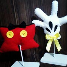 Calção e mão do Mickey feitas em feltro, para decoração.