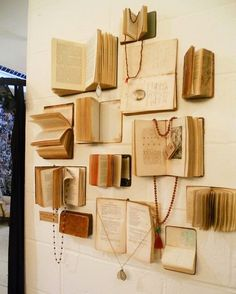¡Decorar con libros antiguos... genial idea!! #decoracion #libros #decorar #casa…