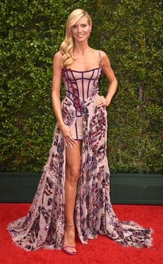 Heidi Klum proved she's nothing but a perfect 10 in this enchanting Atelier Versace gown at the 2015 Creative Arts Emmy Awards. The German stunner flaunted her gorgeous gams in the corseted design with the long, embellished train. Claudia Schiffer, Celebrity Red Carpet, Celebrity Look, Celebrity Dresses, Heidi Klum, Award Show Dresses, Versace Gown, Halloween Fashion, Nice Dresses