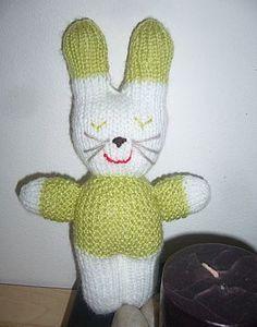 Un modèle de tricot gratuit   le doudou lapin en laine Ce petit ... 54172f7d632