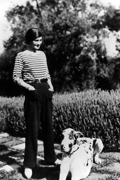 CoCo Chanel in a Breton shirt.Breton shirt created March strip, uniform of of a listed French sailor, allowed to locate a fallen sailor into the sea. Chanel Nº 5, Mode Chanel, Chanel Outfit, Chanel Couture, Chanel Paris, Chanel Runway, Chanel Beach, Perfume Chanel, Tomboy Fashion