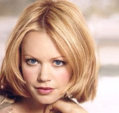Medium short Hair style with lightly layers, blonde