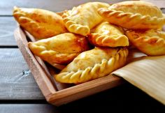 An empanada is a stuffed bread or pastry that is baked or fried. Popular in many countries of Latin America and in Spain. Empanadas are made by folding dough over a stuffing, which may consist of meat, cheese, corn, or other ingredients. Great Recipes, Snack Recipes, Cooking Recipes, Snacks, Masterchef, Cheese Fries, C'est Bon, International Recipes, Pastries