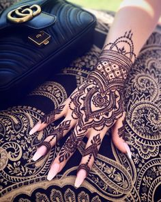 Mehendi – The word itself says all in regards to traditional practice of making Henna tattoos on hands or legs, … Henna Tattoo Hand, Henna Tattoo Designs, Henna Tattoos, Mehndi Designs, Henna Tattoo Muster, Pretty Henna Designs, Simple Henna Tattoo, Mandala Tattoo, Hand Designs