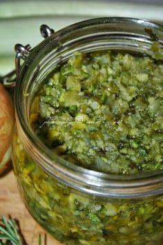 DADO VEGETALE - Tritare nel frullatore 1 kg di verdure di stagione (meglio evitare quelle dal sapore troppo forte, come broccoli e cavolfiori), erbe aromatiche a piacere, aglio, basilico, ecc. - Mettere in una padella antiaderente le verdure tritate, insieme a 200 g di sale. - Cuocere senza coperchio per 20 minuti, mescolando il meno possibile, finché l'acqua delle verdure non sarà evaporata. - Mettere le verdure ancora calde nei vasetti e aggiungere un filo di olio.