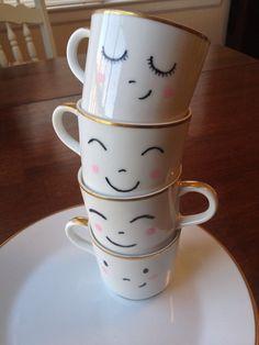 Dies ist ein Satz von vier handgemalte Teetassen mit begleitenden Frühstück Platten. Die Tassen und Teller kam ursprünglich mit gold Rand und ich