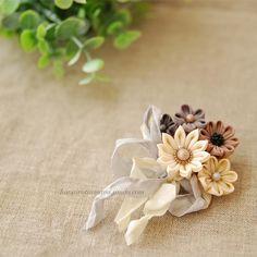 花束のようなクリップブローチ。 好きでたまらないニュートラルカラー♪ 東海蚤の市、行きたかったなぁ。。と秋晴れの空を見上げつつ、生地を染めたり、試作したりの一日(*´꒳`*) #乙女花展 #つまみ細工 #ブローチ #花束 Felt Crafts, Fabric Crafts, Diy And Crafts, Kimono Japan, Kanzashi Flowers, Ribbon Art, Hair Ornaments, Diy Accessories, Fashion Fabric