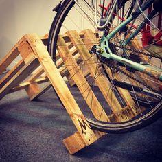 #DIY: ¡Atentos #bibebikers! una buena idea para aparcar tu bici en casa! Visto en #bibe14 . #bici #bicicleta #ciclismo #aparcabicis #bike #bilbaobikers #bikersofinstagram #bilbao