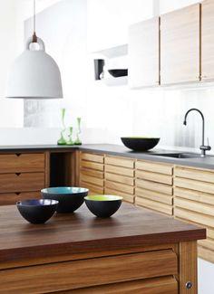 Kauniin pelkistetty ilme toistuu keittiön kalusteista esineisiin. #etuovisisustus #scandinaviandesigncenter