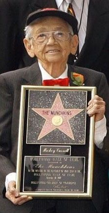 """One of the final 4 living munchkins from """" The Wizard of Oz"""" Mickey Carroll /town crier, fiddler born July 1919 died May 2009 at age 89 Wizard Of Oz Movie, Wizard Of Oz 1939, Victor Fleming, Hollywood Walk Of Fame, Hollywood Stars, Kids Book Series, Veronica Lake, Land Of Oz, Old Movie Stars"""
