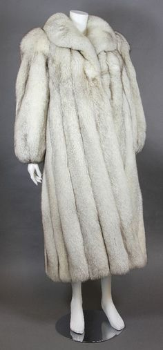Chic blue fox coat, size 38/40.  Straight cut, very lush furs. VERY GOOD SUPPORT! - price: 660 EUR