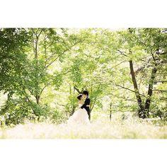 【s.k.wedding】さんのInstagramをピンしています。 《*** 雨ふりでどこにも行けない( •́દ•̩̥̀ ) ……☂ ・ ・ みどりの森がキラキラしてる写真✨ ・ ・ 写真って不思議なもので、見る時によって見え方が違う.  前よりもグッと素敵に見えたりする.  こんなにいい写真やったっけ?! と新たな魅力を発見できたり.  月日が経っても色褪せなないどころか、経てば経つほど味わい深くなっていく.  そんな写真を残して下さったカメラマンさんには感謝でしかないな #ウェディングソムリエアンバサダー  #ウェディングソムリエ  #wedding#ellepupa#前撮り#プレ花嫁#卒花#森#御所》