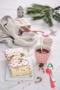 ¡Qué cosa tan dulce!: Turrón de chocolate blanco, almendras, fresas y caramelos peppermint para el #diadelturrom