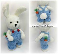 Conejito blanco vestido con peto