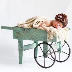 Carretilla verde madera decapada. Preciosa carretilla verde de madera decapada con aire vintage romántico con ruedas en metal. Es perfecta para presentar en ella tu regalo personalizado o como atrezzo en una sesión de fotos con bebés o recién nacidos. Medidas aproximadas 61x30x36 98.00 €