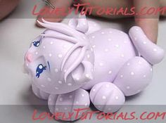 Adorable kitty at lovelytutorials.com Fondant Cat, Fondant Tips, Polymer Clay Cat, Polymer Clay Projects, Fondant Animals Tutorial, Cat Cakes, Clay Cats, Icing Techniques, Clay Dragon
